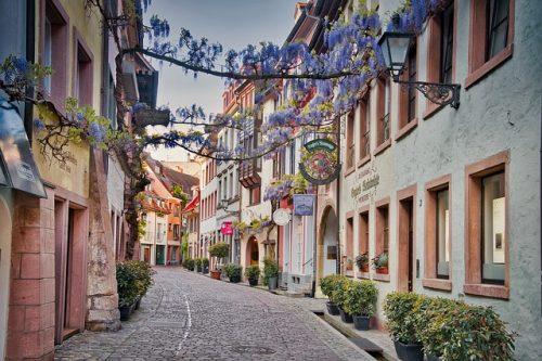 typische Freiburger Gasse mit Kopfsteinpflaster